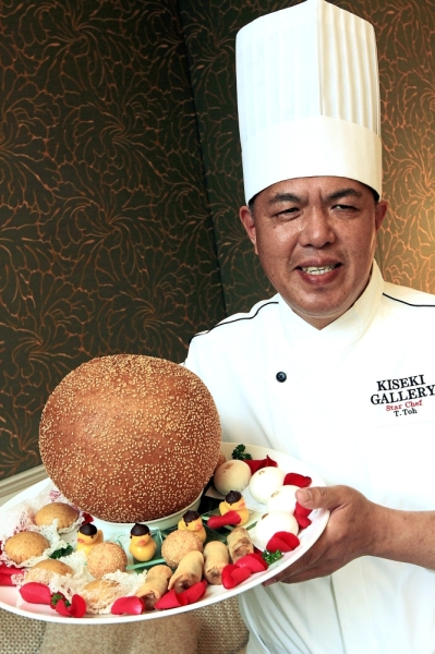 Toh presenting his limited edition signature Egg & Chicks for dessert.