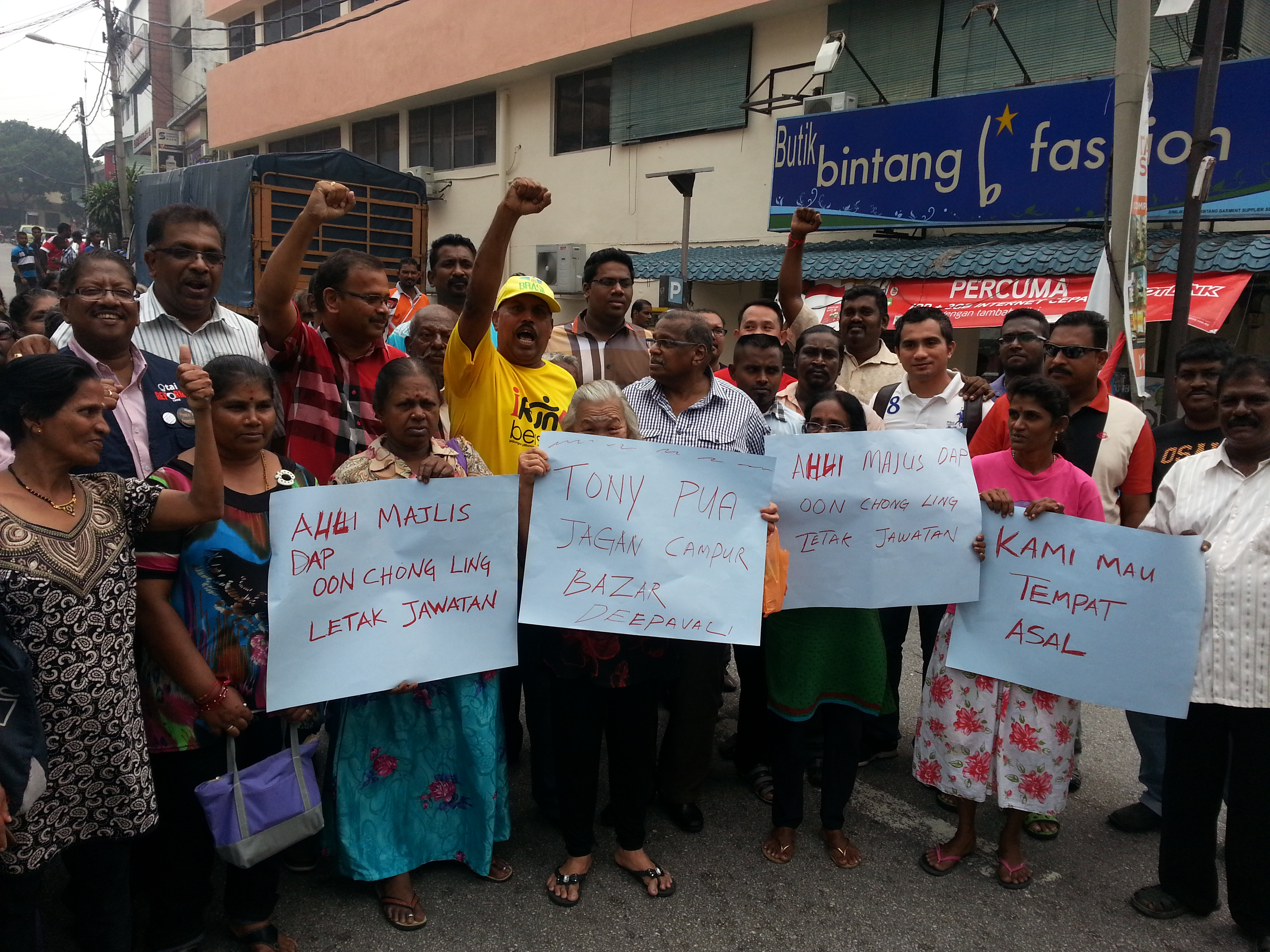 Some 50 traders and PKR members turned up to show their support for Samynathan who is also the Sungai Way Small Businesses Association chairman