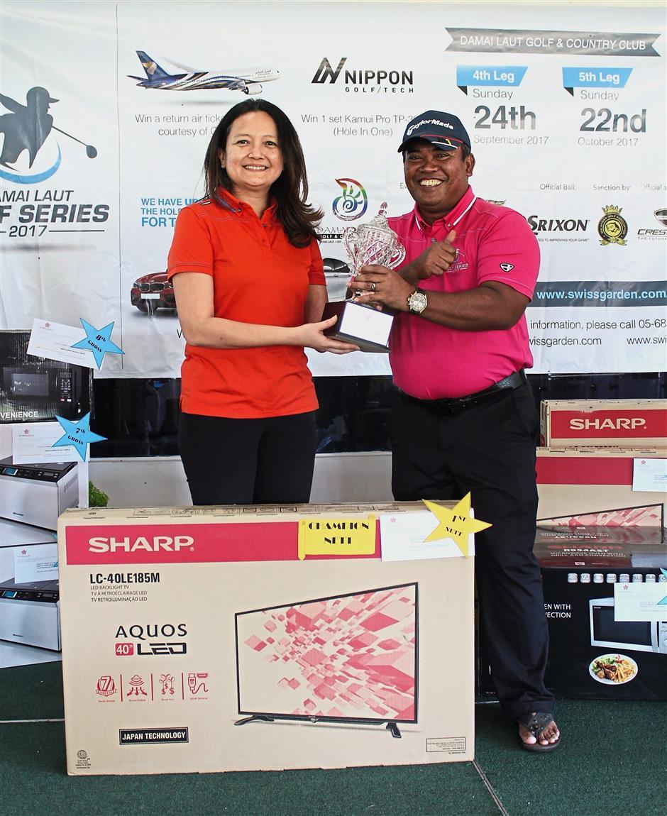 Nett champion Azlan receiving his trophy from Swiss-Garden's corporate communications manager Linda Wong.