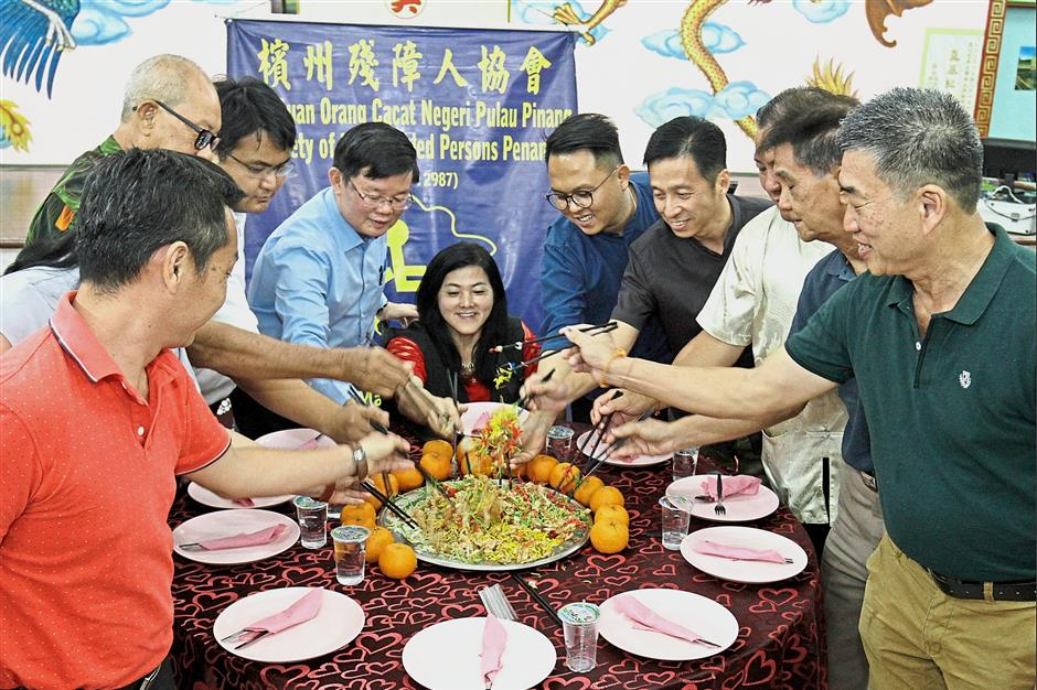 (From 4th left) Chow, Teh, Gooi, Oh and other guests tossing Yee Sang during the CNY celebration at Goh Kongsi in Lebuh Noordin. /Picby:CHAN BOON KAI/The Star/18 February 2019.