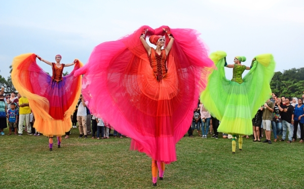 Le Bellerine of the Netherlandsu2019 Teatro Pavana captivating crowds with their swirling, graceful movements and vibrant coloured tutus.