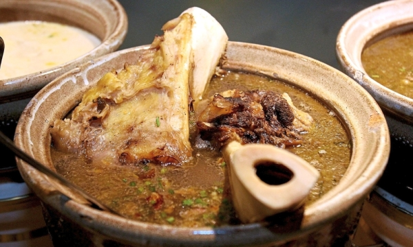 For a hearty broth, the sup gearbox from Kedah is served with potato, celery and fried onions.