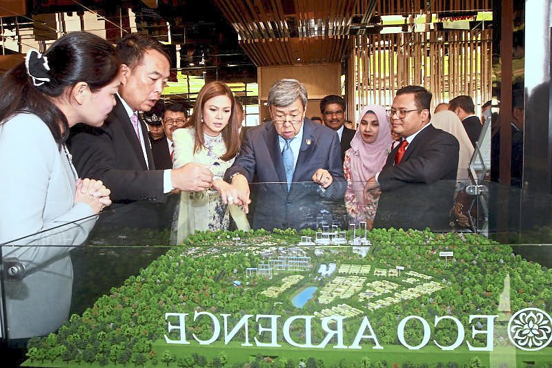 Eco World Development Group Bhd divisional general manager Ho Kwee Hong (left) and Eco World Malaysia chief executive officer Datuk Chang Khim Wah (second from left) showing a model of the Eco Ardence township to Sultan Sharafuddin, Tengku Permaisuri Norashikin and Amirudin at the World Town Planning Day 2018 launch in Setia Alam, Shah Alam, on Oct 30.