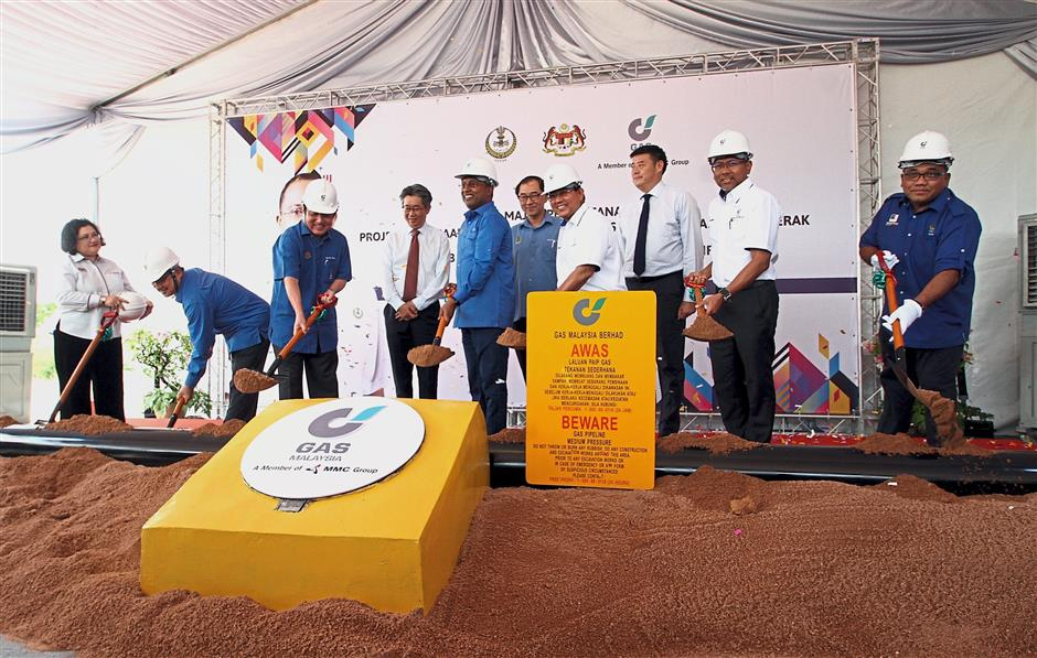 Zambry Abd Kadir (centre) officiating the ground-breaking ceremony for the long-awaited installation project of the natural gas pipeline connecting Ayer Tawar to Kinta Valley. With him are International Trade and Industry Minister II Datuk Seri Ong Ka Chuan (third from left), Gas Malaysia Bhd Chairman Hasri Harun (fourth from right) and other guests of honour.