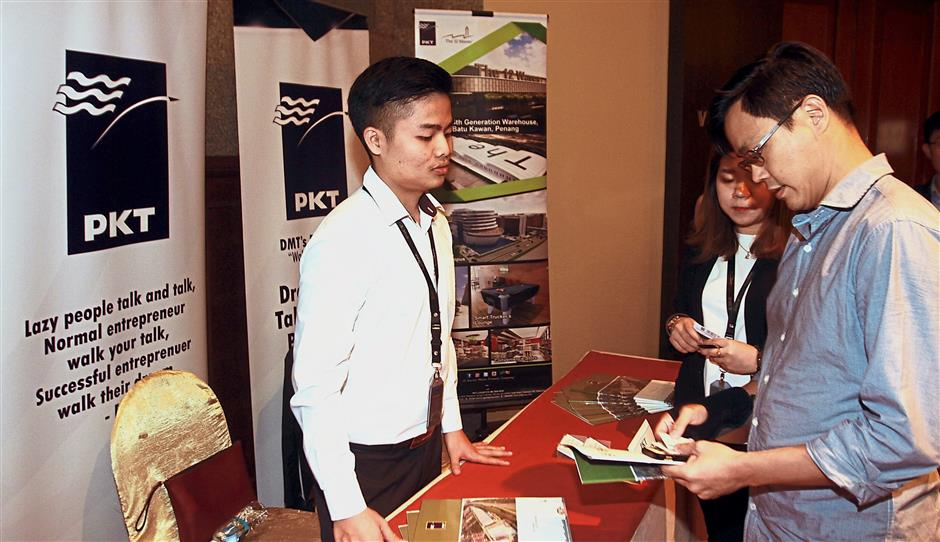 Participants getting assistance from PKT Logistics Group's personnel at the SOBA Lab workshop held at Puteri Pacific Hotel, Johor Baru.
