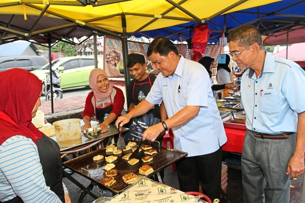 Hee (second from right) with MPS acting president Datuk Juhari Ahmad visiting a Ramadan bazaar stall in Batu Caves.