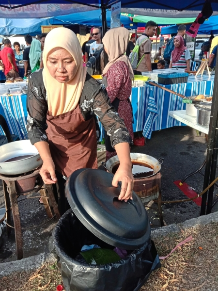 At the Dengkil Jaya Ramadan bazaar, lidded dustbins are a norm.