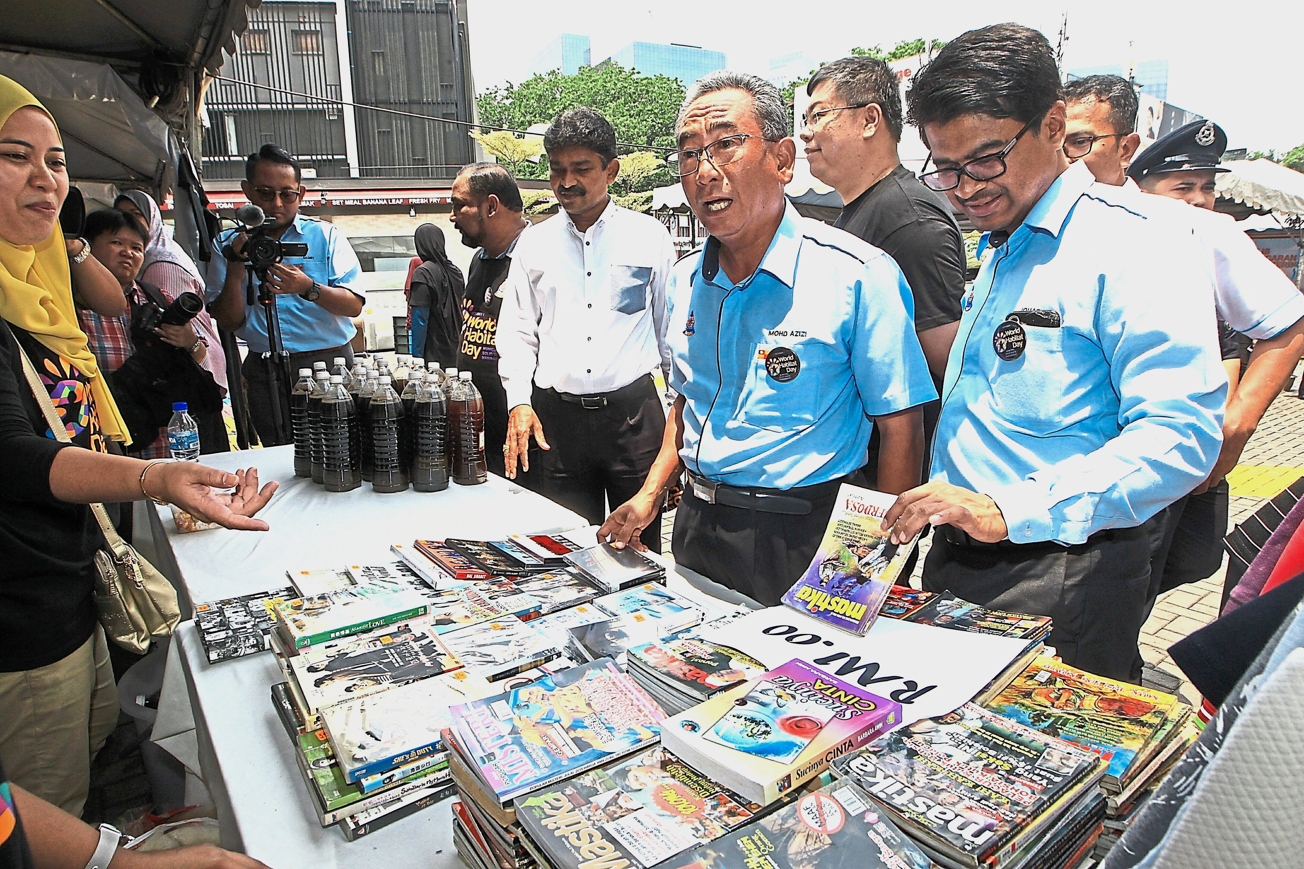 Mohd Azizi (second from right) visiting the 3R market after the launch of the Anti-Littering Squad.