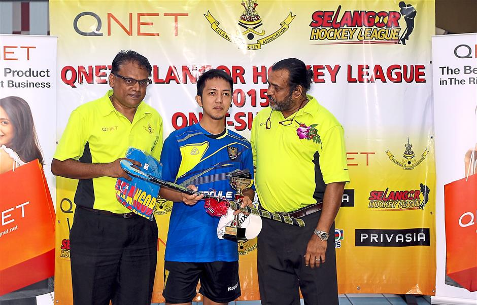 UiTM's Muhammad Noor Faeez (centre) receiving the Best Player award fromGanesh (right) and Selangor Hockey Association competition committee member K. Ravichandran.