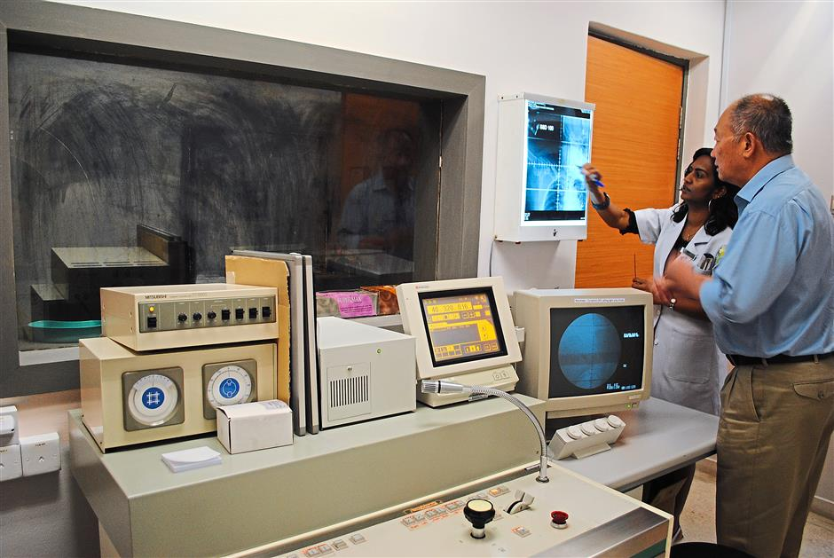 A radiologist explaining her findings to a patient at the NCSM Cancer Treatment Centre in Tung Shin Hospital. — filepic