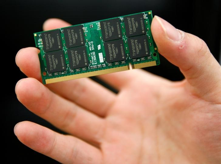 FILE PHOTO: A man displays a DRAM chip inside a computer mall in Taipei February 16, 2009.   REUTERS/Nicky Loh/File Photo