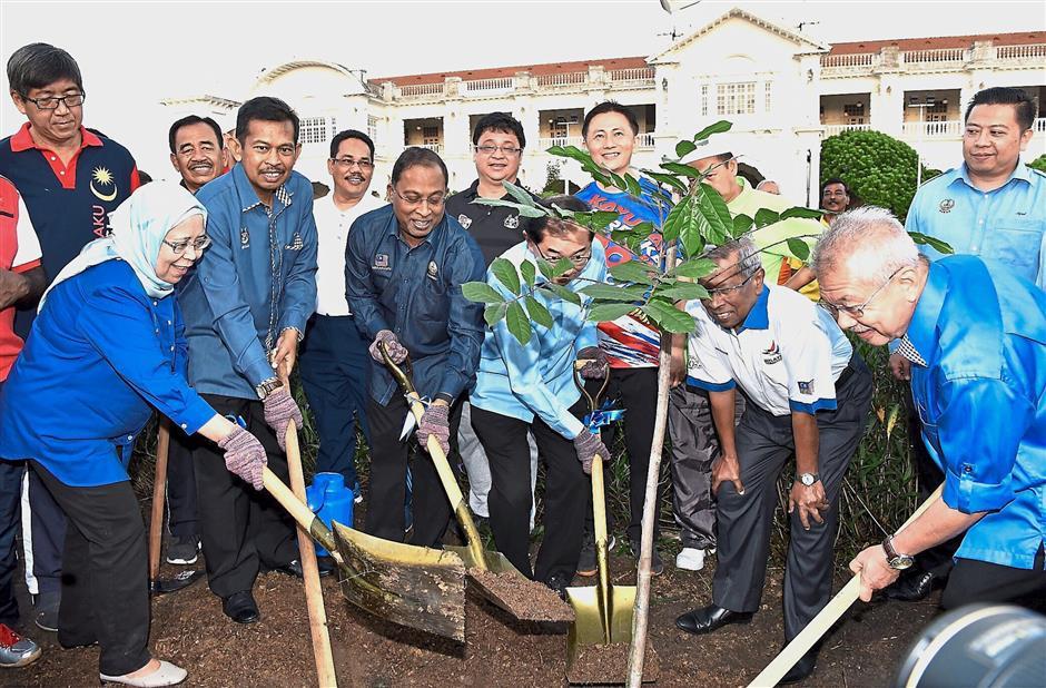 IPOH, 21 Feb -- Menteri Besar Datuk Seri Dr Zambry Abd Kadir menyempurnakan penanaman semula pokok Ipoh atau dikenali dengan nama saintifiknya Antiaris Toxicaria di hadapan Dataran Stesen Keretapi Tanah Melayu (KTM) Ipoh hari ini.Sebelum ini, pokok asal yang berketinggian kira-kira 50 meter dan berusia 37 tahun telah ditanam oleh Menteri Besar Perak yang ketujuh, Datuk Seri Wan Mohamed Wan Teh sempena ulang tahun ke-50 Kelab Rotary Ipoh, pada 18 Januari 1980.--fotoBERNAMA (2018) HAK CIPTA TERPELIHARA