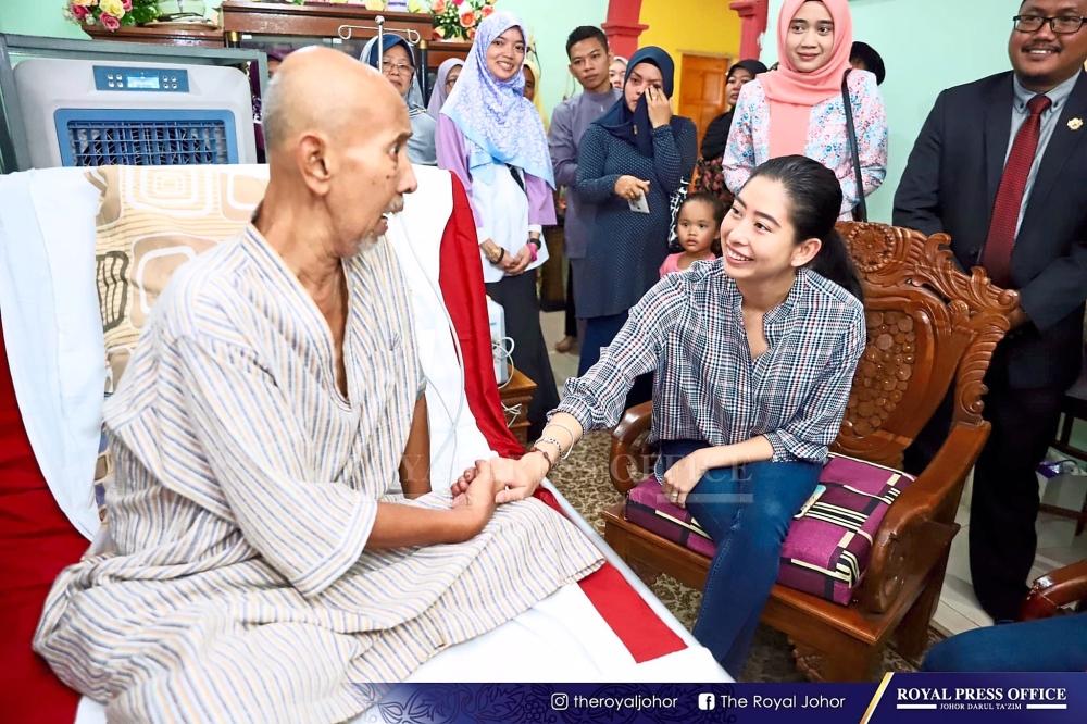 Tun Aminah visiting Zaibo at his home in Rengit, Batu Pahat.