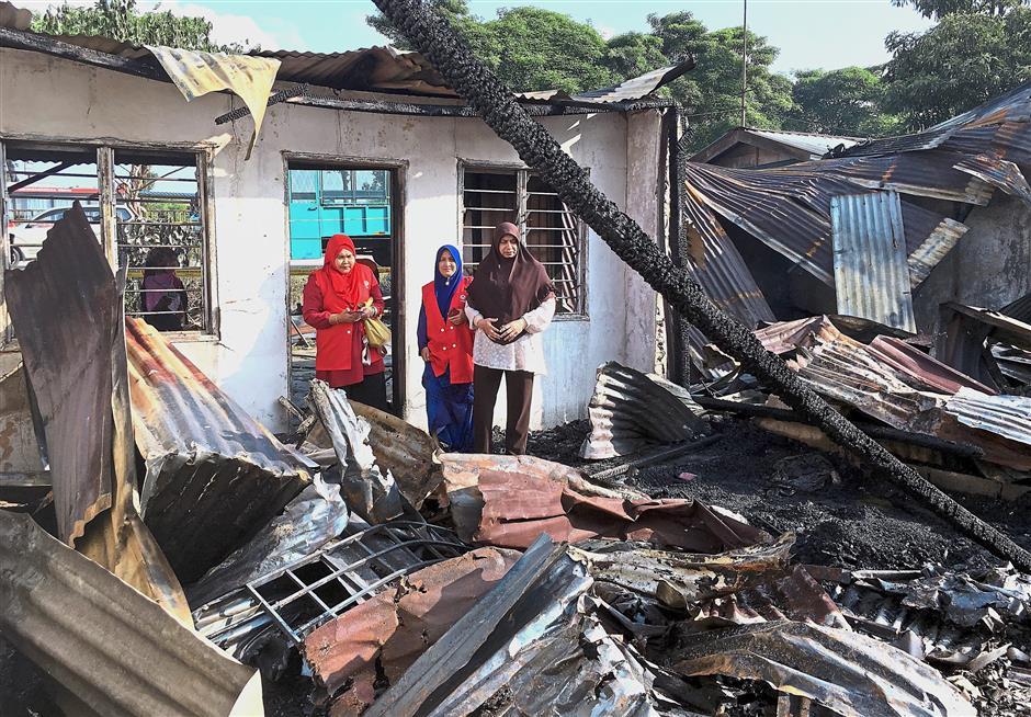 JOHOR BAHRU, 21 Feb -- Anggota Parlimen Pasir Gudang Datuk Normala Abdul Samad (kanan) meninjau lokasi kebakaran rumah setinggan di Jalan Imam Kampung Melayu Pandan hari ini.Kejadian yang berlaku pada pukul 6.30 petang itu turut mengakibatkan enam buah rumah hangus menyebabkan 30 orang mangsa dari 17 buah keluarga hilang tempat tinggal.--fotoBERNAMA (2018) HAK CIPTA TERPELIHARA