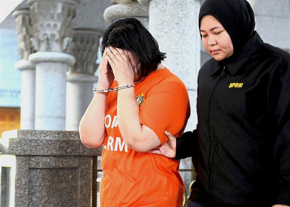 PUTRAJAYA, 15 Feb -- Seorang setiausaha pejabat kepada pegawai kanan Perbendaharaan direman lima hari bermula hari ini bagi membantu siasatan kes meminta dan menerima rasuah RM1.5 juta.Majistret Ahmad Afiq Hasan mengeluarkan perintah reman terhadap wanita berusia 39 tahun itu sehingga 19 Feb ini selepas membenarkan permohonan Suruhanjaya Pencegahan Rasuah Malaysia (SPRM) di Mahkamah Majistret Putrajaya, di sini.-- fotoBERNAMA (2019) HAK CIPTA TERPELIHARA