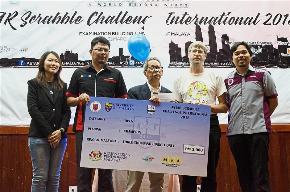 (From left) Lee, ASCI adviser Hazren Mohd, Mohammad Ali, Richards and UM First Residential College principal Assoc Prof Dr Firdaus Hariri posing with a mock cheque at the prize presentation.
