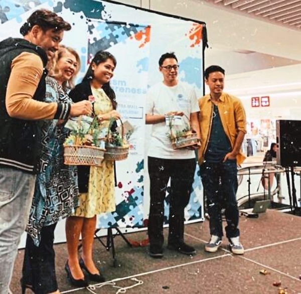 (from left)  Awi, Feilina, Charlene, Tayloru2019s University director Philip Gan and local artist Sid Murshid at the Autism Awareness Campaign launch at Sunway Putra Mall.