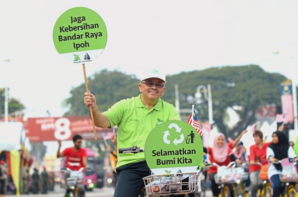 Rubbish sent to the dump needs to be categorised accordingly. (Right) RPT Jelapang Tambahan community's recycling collection centre.