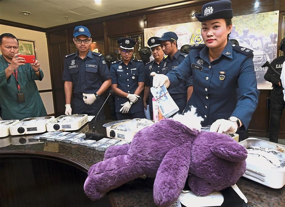 SEPANG, 19 Jan -- Penguasa Kastam Aziah Ngah menunjukan taktik penyuludup menyorokan wang di dalam patung beruang ketika sidang media mengenai kejayaan Jabatan Kastam Lapangan Terbang Kuala Lumpur (KLIA) merampas dadah jenis Methaphetamin seberat 15.7kg yang bernilai RM1.09 juta dan mematahkan penyeludupan wang tunai berjumlah RM136,000 di KLIA 1 dan KLIA 2 hari ini.--fotoBERNAMA (2018) HAK CIPTA TERPELIHARA