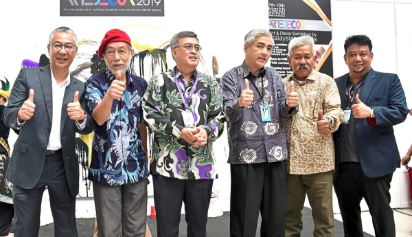 Yean (third from right), ArtEDecor advisor Datuk Yusof Ahmad (middle) and Aris (second from left) after the launching of ArtEDecor 2019.