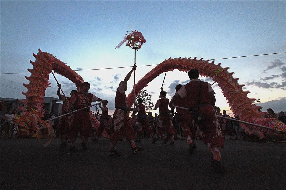 (Above) A dragon dance performance welcomed the royal couple to Bidor.