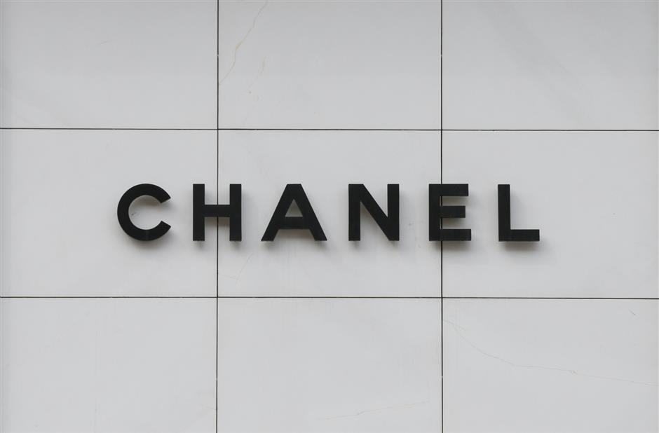 FILE PHOTO: Chanel logo is seen on the company\'s store in central Kiev, Ukraine, May 11, 2016.  REUTERS/Valentyn Ogirenko/File Photo