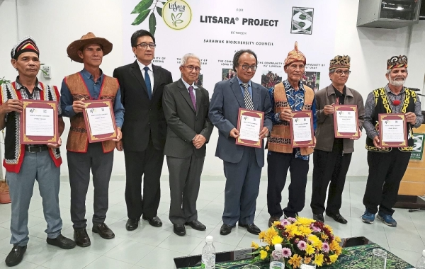 The community leaders receiving the access and benefit sharing agreements from Sarawak Biodiversity Council chairman Tan Sri Wilson Baya Dandot (fourth right). Joining them are Yeo (third left) and Peter Sawal (fourth left) representing the state Urban Development and Natural Resources Ministry.