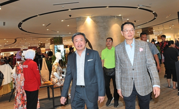 IGB Berhad group chief  executive officer Datuk Seri Robert Tan Chung (right) and Sogo Group  of Companies group managing director Datuk Alfred Cheng visiting the shopping complex after launching the department store.u2014 ABDUL RAHMAN EMBONG/ The Star