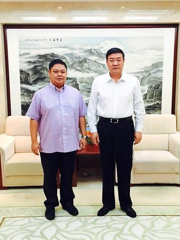 1 Lim with Elion Resources chairman Wang.2 The desert-greening job involves mainly soil erosion control works in the Kubuqi Desert with the strategic laying of palm-fibre mats manufactured in Malaysia.