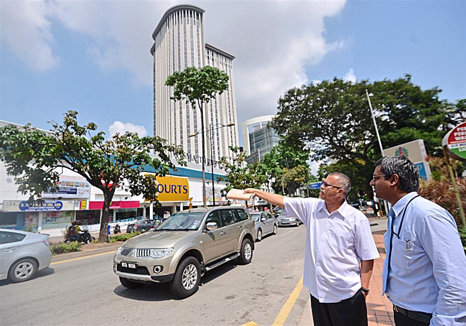 (left) Mohd Nor and HSS Engineering Sdn Bhd Chief Engineer Rueben Selvarajah at Jalan Timur. The Kidex elevated highway will cut through this route.