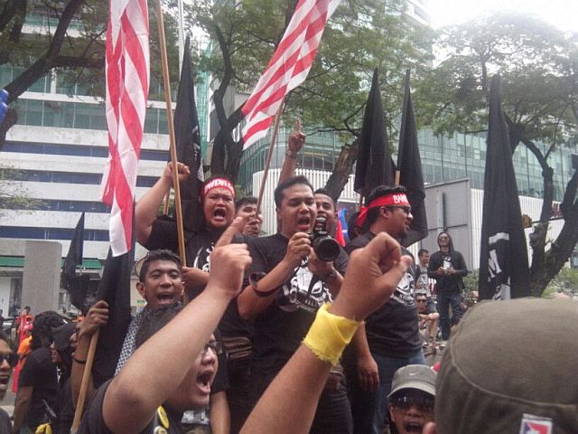 The crowd of protesters outside KLCC yelling 'Tolak tolak GST'.