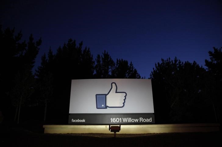 The sun rises behind the entrance sign to Facebook headquarters in Menlo Park before the company\'s IPO launch, May 18, 2012. REUTERS/Beck Diefenbach/File Photo
