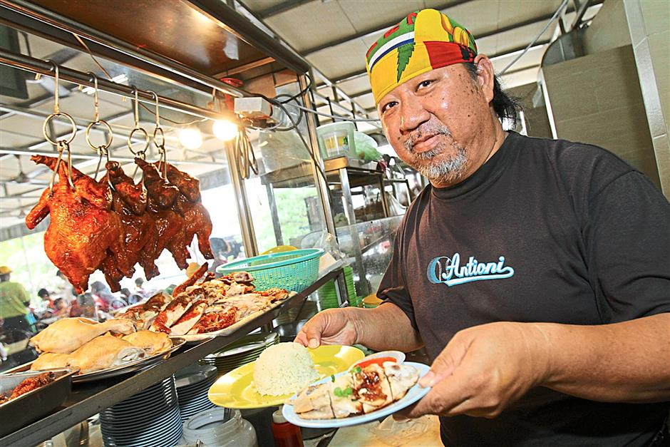 Radio announcers give chicken rice stall a big thumbs-up