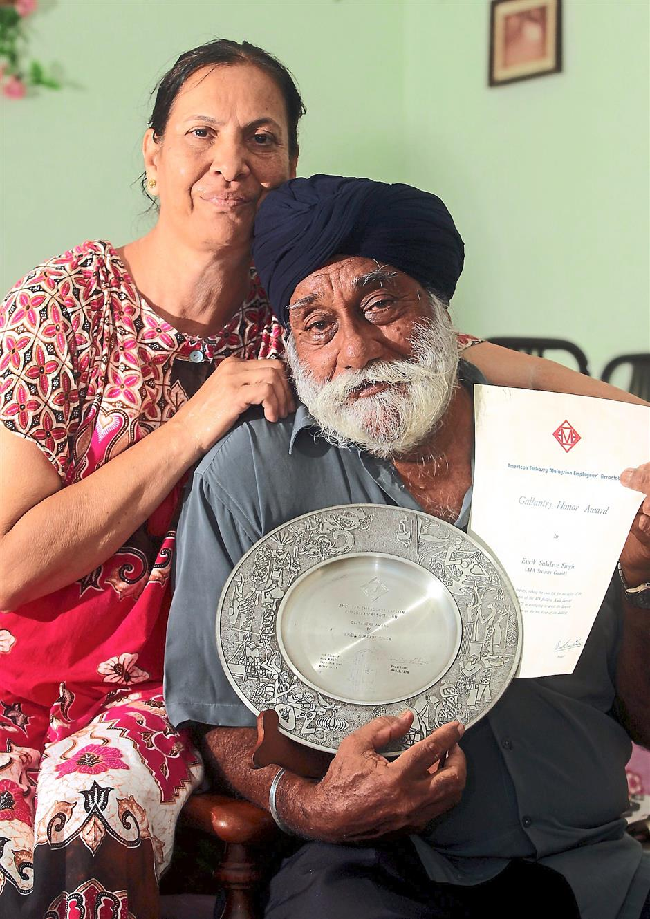 Mementos: Sukdave and his wife Kuldip with the pewter plaque and Gallantry Honour Award from the American Embassy Employees Association. Photos: ART CHEN/The Star