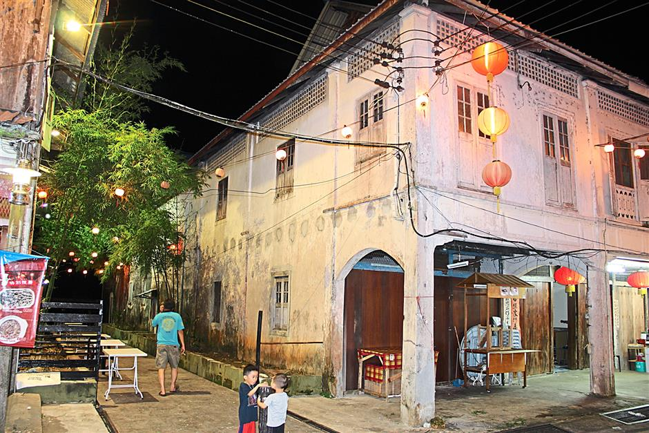 One of the lane ways at Siniawan town between the shophouses.