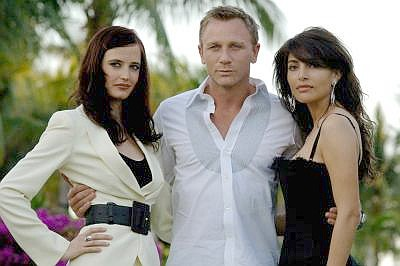 Ladiesu2019 man: James Bond (Daniel Craig) flanked by Bond beauties Vesper Lynd (Eva Green, left) and Solange (Caterina Murino). Our superspy is not always dressed in formal suits; he appears more casual here.