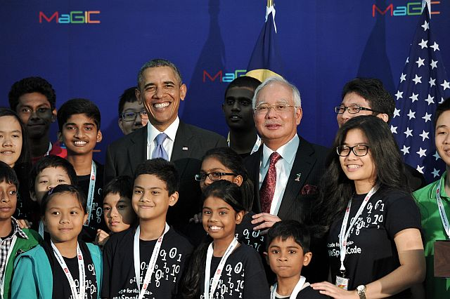 Prime Minister Datuk Seri Najib Tun Razak and U.S. President Barack Obama posing with program participants' Code for Malaysia in conjunction with the launch of the Center for Global Innovation and Creative Malaysia (Magic) here today. - Bernama