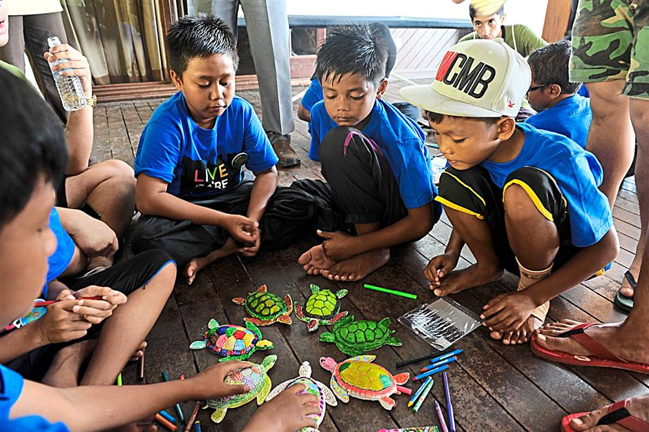 The creative children from Sekolah Kebangsaan Tekek showing their love for turtles in a workshop organised by the Turtle Conservation Society of Malaysia.