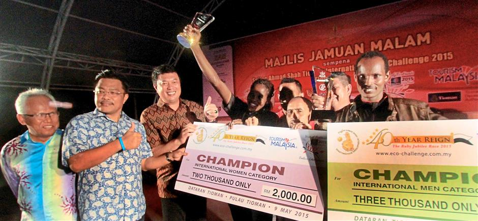 Tengku Kamarul Zaman (third from left), Sharkar and Tioman Development Authority general manager Datuk Hashim Mat Tahir (left) having a light moment with the champions of the different categories of the race