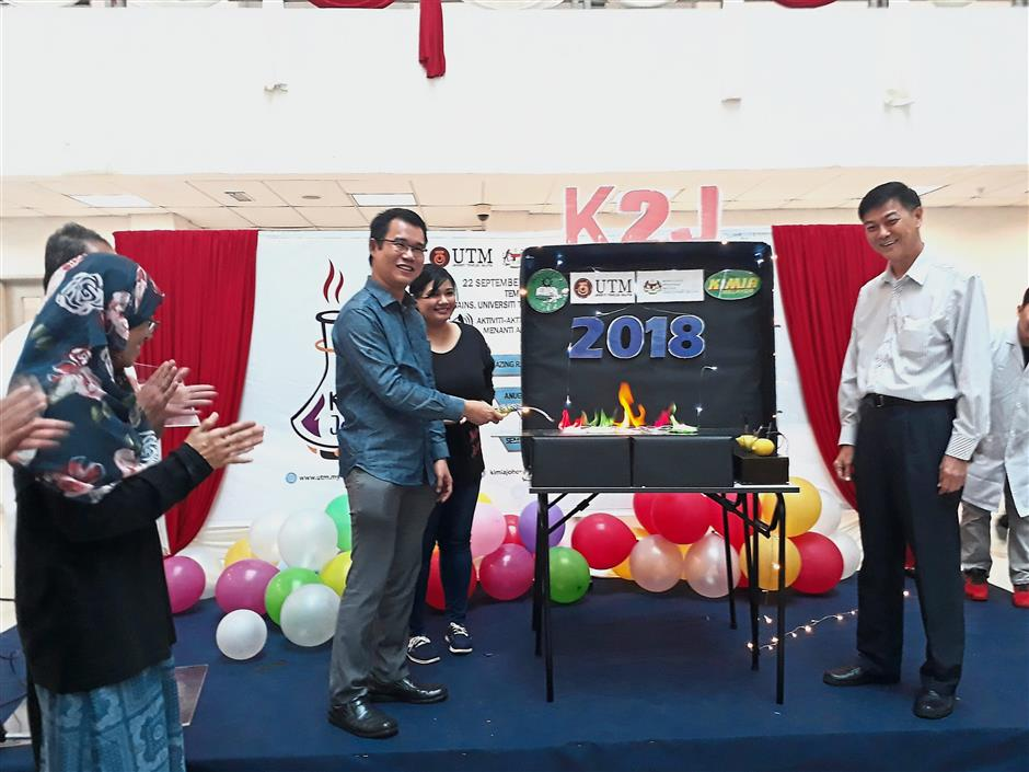 Tan (left) doing the honours at the closing ceremony of Johor Chemistry Carnival at UTM.