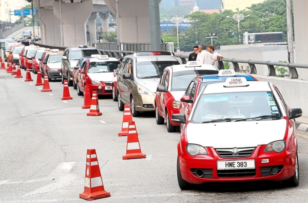 Some 10,000 cabbies in the Federal Territories may benefit from YWPu2019s contribution. u2014 Filepic