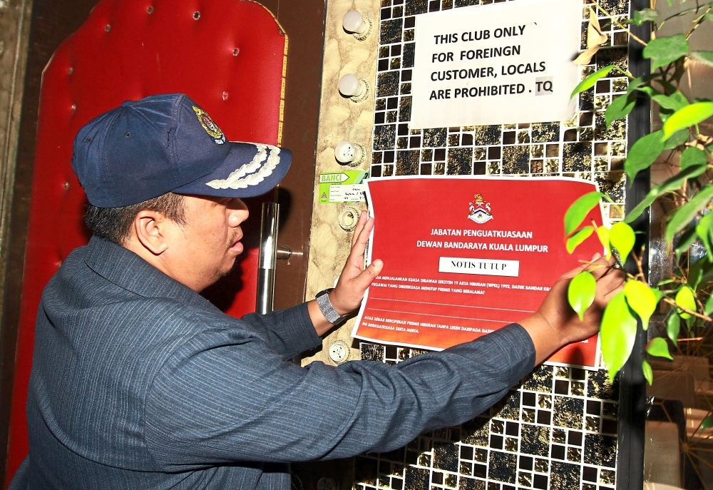 After years of defying DBKL's laws, Oscar Arabic Night Club And Restaurant was shut down for operating without valid premises and entertainment licences. During a raid, DBKL Enforcement (Licencing Division) head Ahmad Tarmizi Baharom sealed off the premises and put up a closure notice.