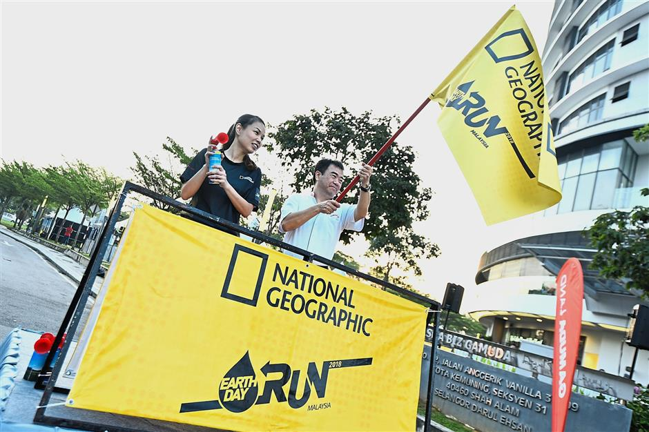 At the flag-off of the NatGeo Earth Run with Fox International Channels marketing director Penny Tan (left) and Gamuda Land chief executive officer Ngan Chee Meng.