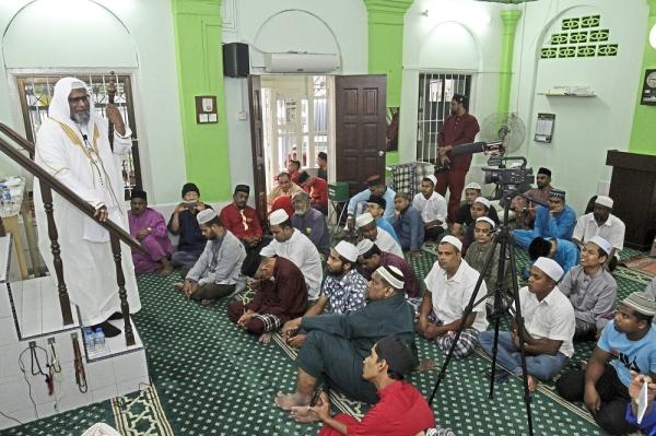 ^ Kamarudin            preaching his           sermon at the Tarik Air Mosque.