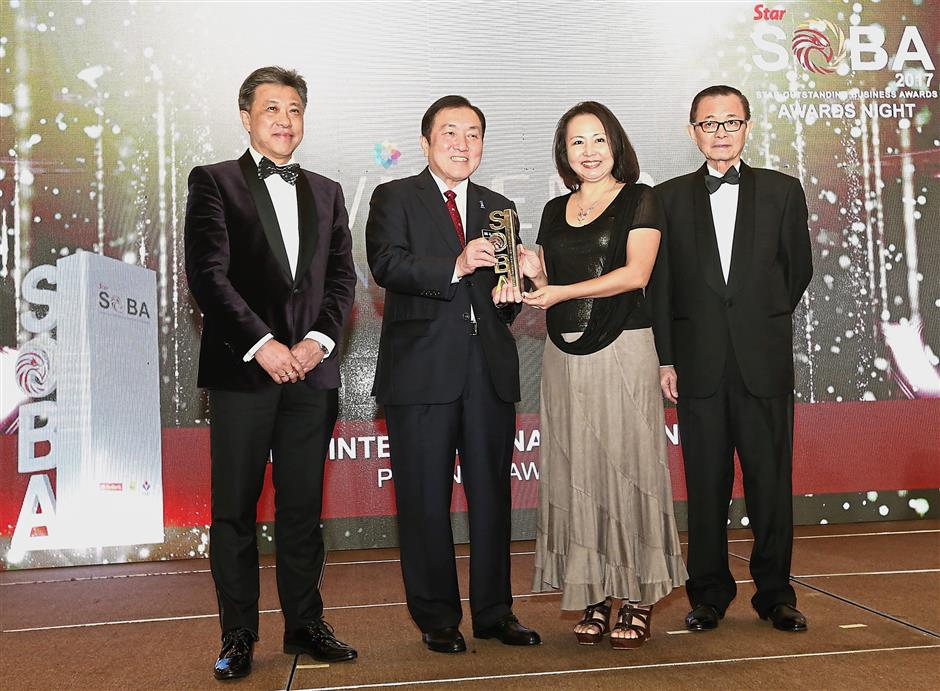 Sirius International (M) Sdn Bhd founder and group chief executive officer Anne Lim (second from right) receiving Platinum for Best Employer award from Ong (second from left) as Wong (left) and Fu look on. Lim also took home the Female Entrepreneur of the Year award. Both awards were under the Up to RM25mil category.