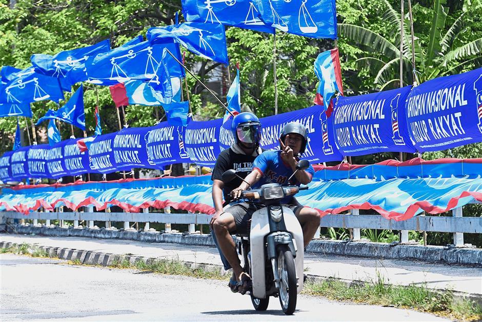 Barisan and PKR flags are also up along Jalan Mayang Pasir, Penang.