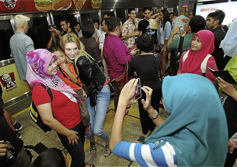 Jourdan Miller meeting her Malaysian fans when she was in Kuala Lumpur last month, on a LRT trip organised by Red FM.