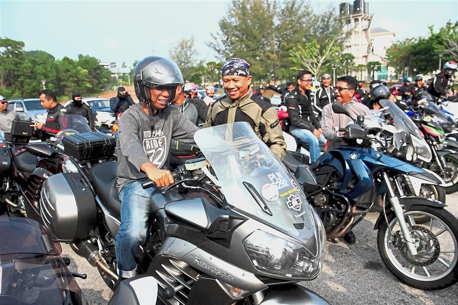 KUANTAN, 1 April -- Pengarah Jabatan Pengangkutan Jalan (JPJ) Pahang Mohammad Abdullah (kiri) mencuba motosikal berkuasa tinggi milik salah seorang peserta sebelum melepaskan Konvoi Bermotosikal Jelajah JPJ Malaysia di Kompleks JPJ Negeri Pahang hari ini.Konvoi jelajah ke seluruh negara bermula Khamis lepas itu dianjurkan JPJ Malaysia sempena sambutan ulang tahun ke-72 agensi tersebut.--fotoBERNAMA (2018) HAK CIPTA TERPELIHARA