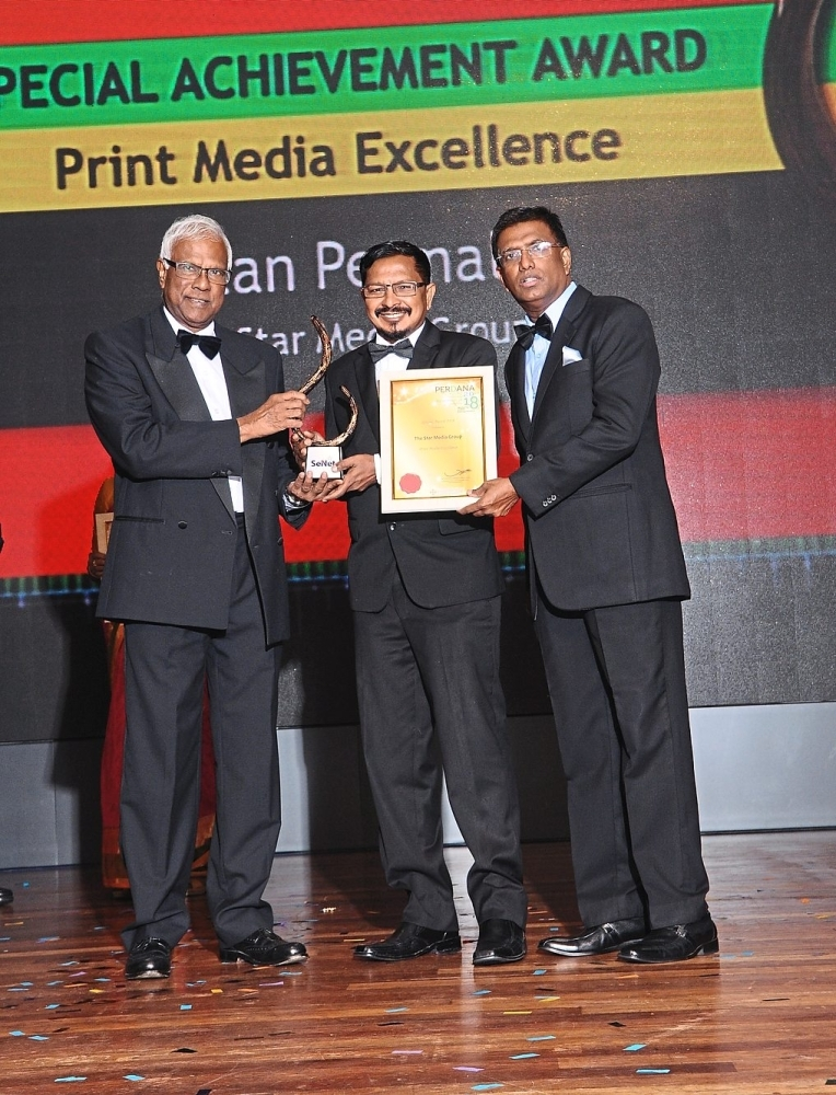 Elan (centre) receiving the Print Media Excellence Award from Tan Sri Dr Mani Jegathesan (left) and Mathuraiveeran.