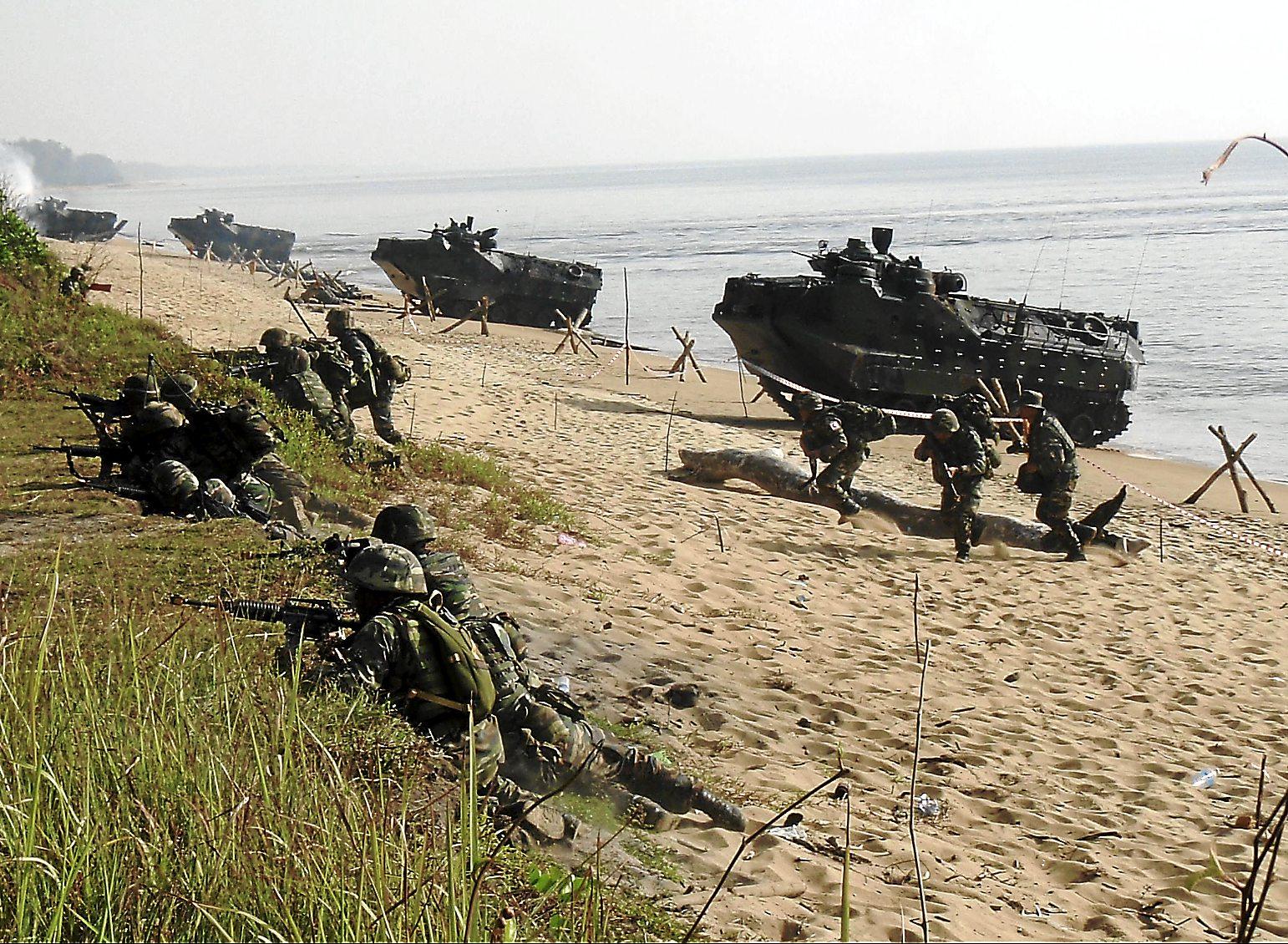 Beach assault by Malaysian Paratroopers and U.S Marines at CARAT Malaysia.Photo: Dzirhan Mahadzir